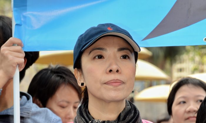 """Li Wei-ling holds a sign that reads """"Without press freedom, Hong Kong is in catastrophe,"""" during the """"Free Speech, Free Hong Kong"""" march on Feb. 23, 2014. (Epoch Times)"""