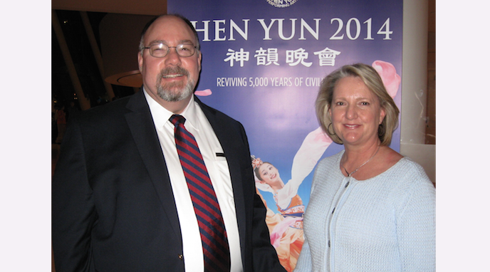 James T. Elliott, M.D., F.A.C.C. and his wife, Evelyn, enjoy Shen Yun Performing Arts at the Muriel Kauffman Theater, on March 29. (Cat Rooney/Epoch Times)