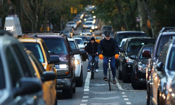 New Yorkers wait in traffic as they head into Manhattan from Brooklyn Nov. 1, 2012. (Spencer Platt/Getty Images)