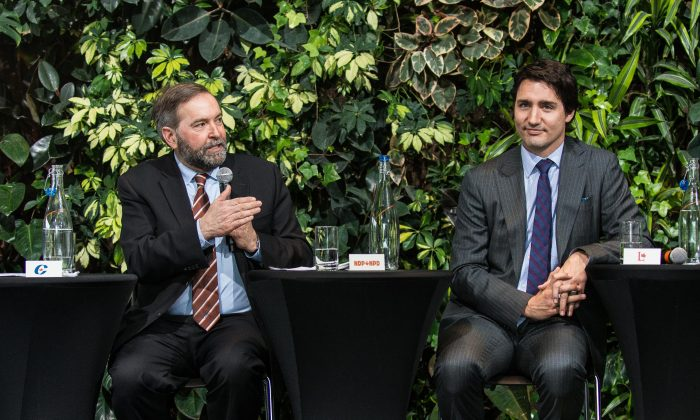 (L-R) Conservative MP Michael Chong, NDP leader Thomas Mulcair, Liberal leader Justin Trudeau, and Green Party leader Elizabeth May talk with students about democracy at an event at the University of Ottawa on March 25, 2014. (Matthew Little/Epoch Times)