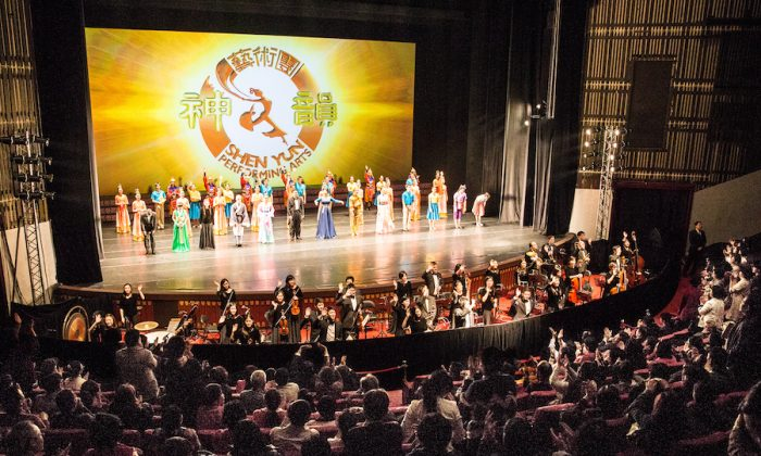 Shen Yun Performing Arts International Company's curtain call at National Dr. Sun Yat-sen Memorial Hall, in Taipei. (Pochou Chen/Epoch Times)