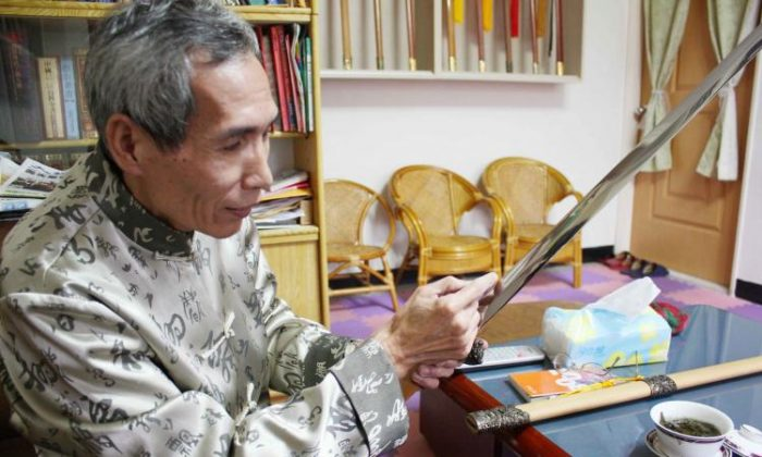 Chen Shih-Tsung explains the chemical reactions crucial to successful swordmaking. (Matthew Robertson/The Epoch Times)