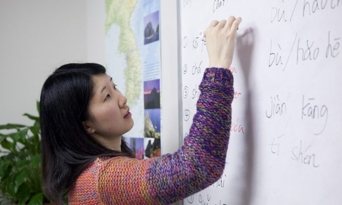 An instructor at Hills Learning in New York City, N.Y., teaches Chinese. (Samira Bouaou/Epoch Times)