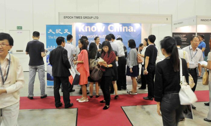 The two-day International Real Estate Exhibition OPPlive in Singapore, April 24, 2014. The booth for the Singapore Epoch Times attracted many developers and real estate agents. (Sun Mingguo/Epoch Times)