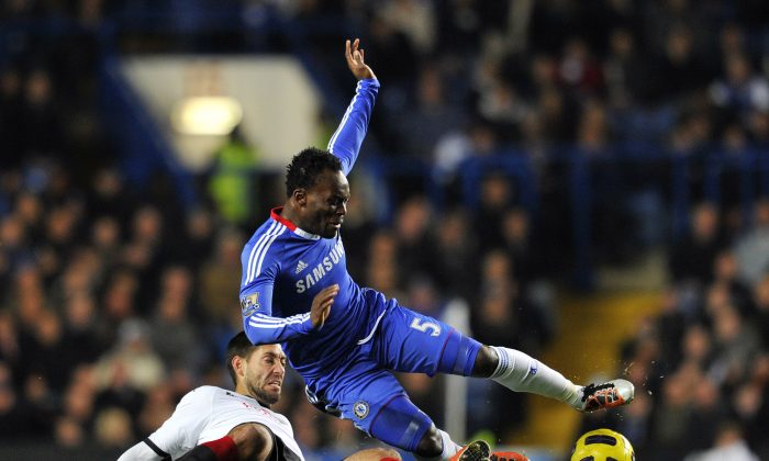 Fulham's US midfielder Clint Dempse (L) fights for the ball with Chelsea's Ghanaian midfielder Michael Essien (R) during their English Premier League football match against Chelsea at Stamford Bridge in London on November 10, 2010. (AFP/Getty Images)