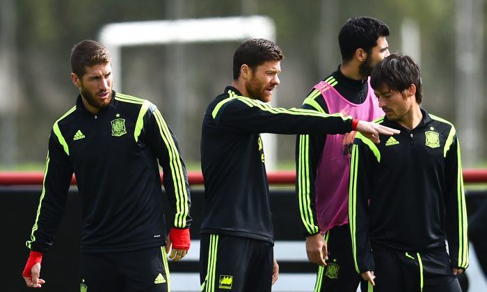 Xabi Alonso (C) of Spain chats with his teammates Sergio Ramos (L) and David Silva of Spain during a Spain training session at Centro de Entrenamiento do Caju on June 21, 2014 in Curitiba, Brazil. (Photo by David Ramos/Getty Images)