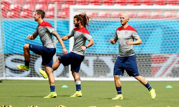 (L-R) Geoff Cameron, Kyle Beckerman, and Michael Bradley of the United States work out during training at Arena Pernambuco on June 25, 2014 in Recife, Brazil. (Photo by Kevin C. Cox/Getty Images)