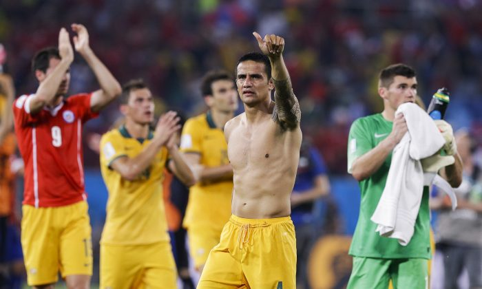 Australia's Tim Cahill (4) salutes spectators following their 3-1 loss to Chile during the group B World Cup soccer match between Chile and Australia in the Arena Pantanal in Cuiaba, Brazil, Friday, June 13, 2014. (AP Photo/Thanassis Stavrakis)