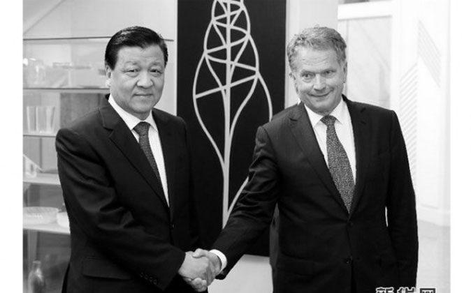 Liu Yunshan (L), the head of propaganda and ideology in China, shakes hands awkwardly with Finnish president Sauli Niinistö on June 15, the last day of Liu's visit to the country. (Screenshot/Xinhuanet.com)