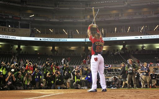 American League's Yoenis Cespedes, of the Oakland Athletics, holds the trophy after winning the MLB All-Star baseball Home Run Derby, Monday, July 14, 2014, in Minneapolis. Cespedes defeated National League's Todd Frazier, of the Cincinnati Reds, in the finals. (AP Photo/Jeff Roberson)