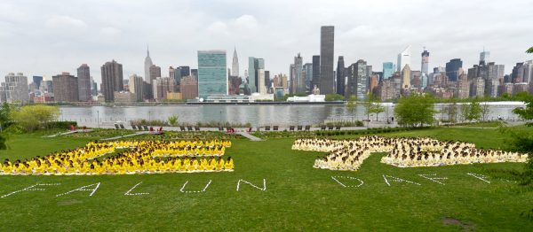 "Falun Dafa practitioners form a character formation spelling out """" at Gantry Plaza State Park in New York City on May 14, 2013. (Edward Dai/Epoch Times)"