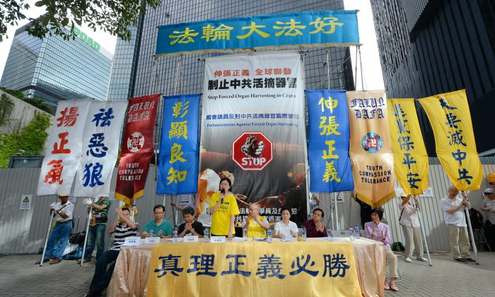On July 19 a rally was held after the procession reached Central Government Offices. Falun Gong human rights lawyer Teresa Chu gives a speech. (Epoch Times)