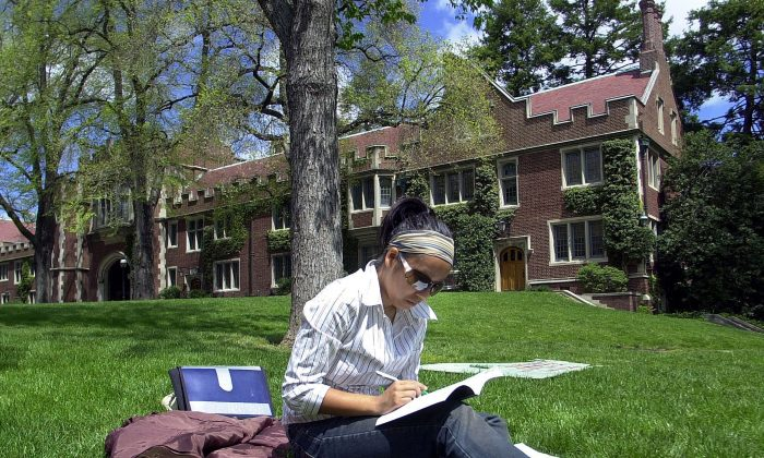 A report by the Canadian Centre for Policy Alternatives says student loan systems in Canada are overly complex and lack transparency. (William Thomas Cain/Getty Images)