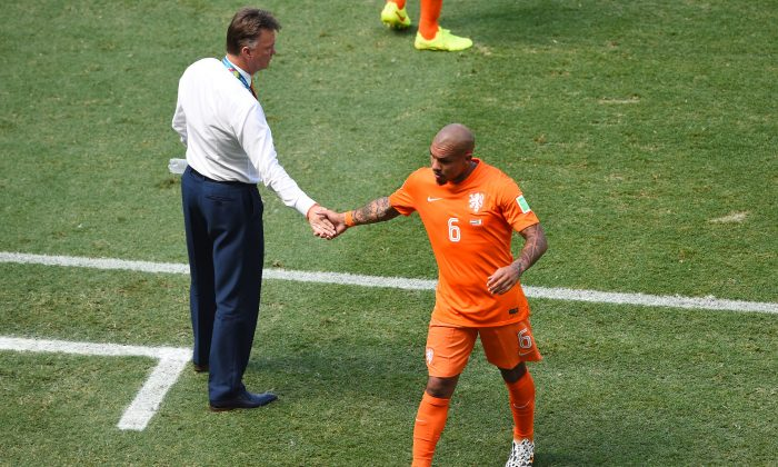 Nigel de Jong of the Netherlands shakes hands with head coach Louis van Gaal as he exits the game during the 2014 FIFA World Cup Brazil Round of 16 match between Netherlands and Mexico at Castelao on June 29, 2014 in Fortaleza, Brazil. (Jamie McDonald/Getty Images)