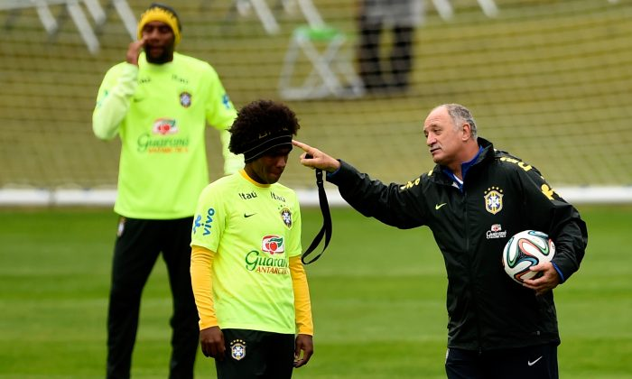 Head coach Luiz Felipe Scolari gestures with Willian (C) during a training session of the Brazilian national football team at the squad's Granja Comary training complex, on July 11, 2014 in Teresopolis, 90 km from downtown Rio de Janeiro, Brazil. (Buda Mendes/Getty Images)