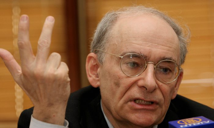 The international human rights lawyer David Matas gestures as he speaks during a press conference in Hong Kong, July 17, 2006, on the illegal harvesting of human organs in mainland China. (Woody Wu/AFP/Getty Images)