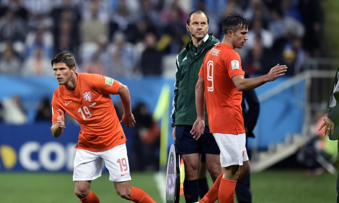 Netherlands' Robin van Persie, right, is replaced by Klaas-Jan Huntelaar during the World Cup semifinal soccer match between the Netherlands and Argentina at the Itaquerao Stadium in Sao Paulo Brazil, Wednesday, July 9, 2014. (AP Photo/Martin Meissner)
