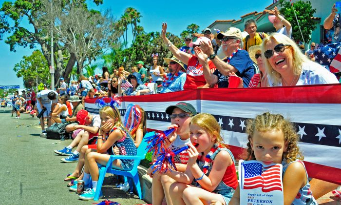 A crowd stopped to watch the Huntington Beach Independence Day Parade on July 4 in Huntington Beach, California. (Eric Zhang/Epoch Times)