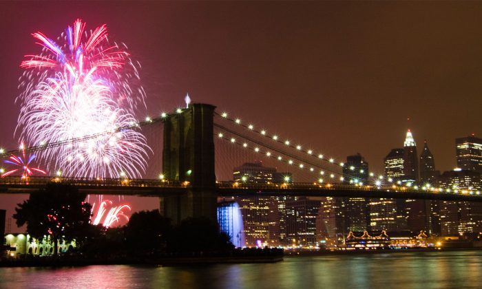 Fireworks explode over the Brooklyn Bridge, on July 3, 2008. This year is the first time since 2008 that the fireworks take place on the East River. (Epoch Times Archive)