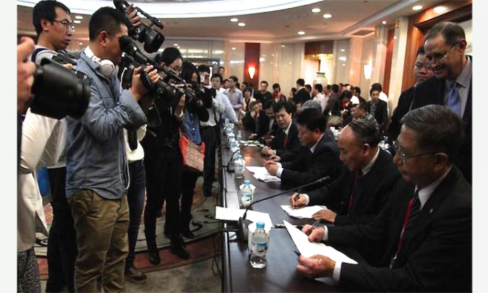 President of The Transplantation Society Dr. Francis L. Delmonico (far R) observes the signing of the Hangzhou Resolution in China on Oct. 29, 2013. Chinese health authorities later reneged on the promises made then, and a conference scheduled for June was subsequently canceled or postponed. (Screenshot/declarationofinstanbul.org)