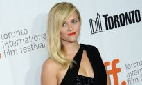 Reese Witherspoon Throws Away Vanity, Carries Shovel & Pan on Set of 'Wild'