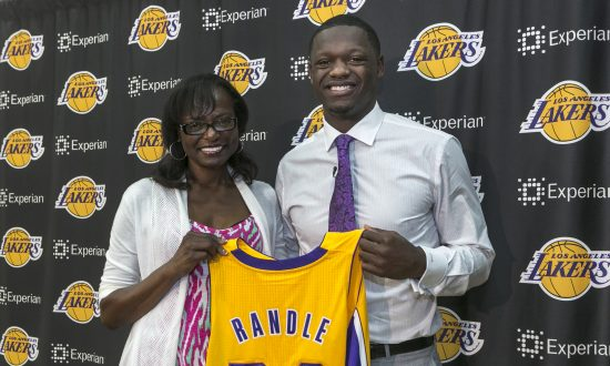 86b12c483f4d Los Angeles Lakers forward Julius Randle poses with his mother