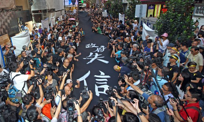 4000 supporters of Hong Kong's Occupy Central movement participated in the Black Cloth March wearing black shirts and yellow ribbons, and holding 450 meters of black banners, in central Hong Kong on Sept. 14, 2014. (Pan Zaishu/Epoch Times)