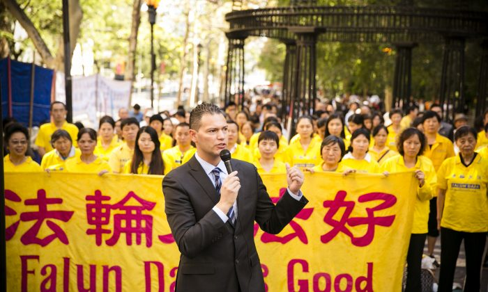 Dr. Damon Noto, spokesperson for Doctors Against Forced Organ Harvesting, at a rally near the United Nations in New York on Sept. 27, 2014, calling for the end to the persecution in China. (Edward Dai/Epoch Times)