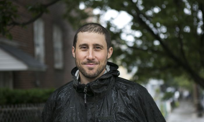 Matt Green on his walk in Sunnyside, Queens in New York, Sept. 25, 2014. (Samira Bouaou/Epoch Times)