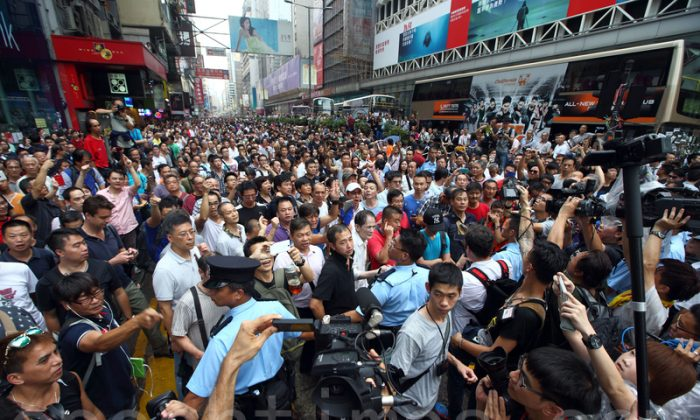 On Oct. 3, individuals opposing Occupy Central targeted peaceful protesters in the Mong Kok District and some female protesters were assaulted and sexually harassed. (Poon Zai-shu/Epoch Times)