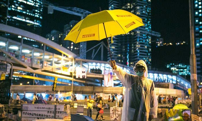 A pro-democracy activist outside the government complex in the Central District of Hong Kong on Oct. 9, 2014. (Benjamin Chasteen/Epoch Times)