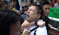 WATCH: Hong Kong Police 'Assist' Anti-Occupy Central Group by Arresting Innocent Pro-Democracy Protester (+Photos)