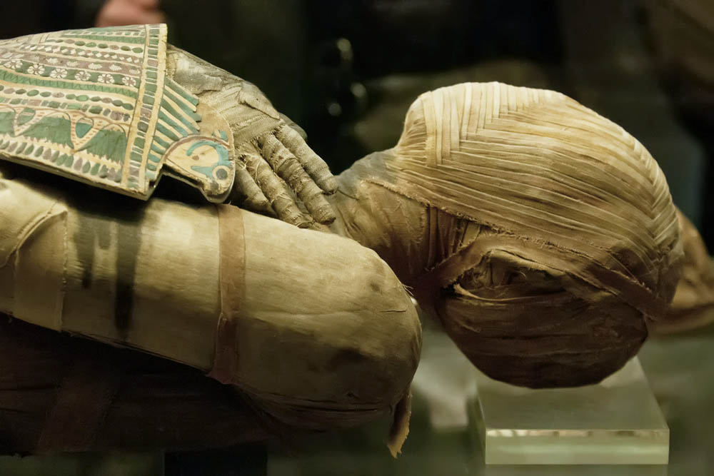 mummification and the destruction of king tutankhamens burial treasure in unwrapping ancient egypt a Coming down these acient steps to the teasures coming down these acient steps to the teasures burial site of egypt's boy-king tutankhamun discovered.