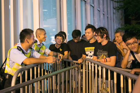 Pro-democracy protesters have a peaceful conversation with Hong Kong police officers in the Central District on Oct. 5, 2014. (Benjamin Chasteen/Epoch Times)