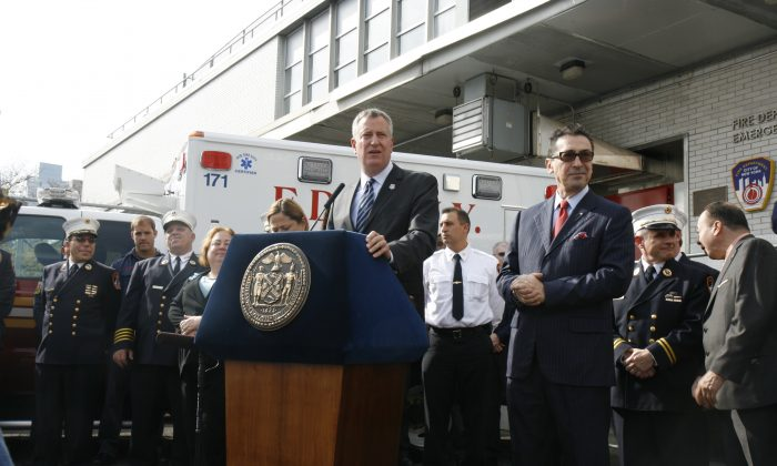 Mayor Bill de Blasio thanks FDNY workers at a press conference on 99th Street and 1st Avenue, on Oct. 28, 2014. (Shannon Liao/Epoch Times)