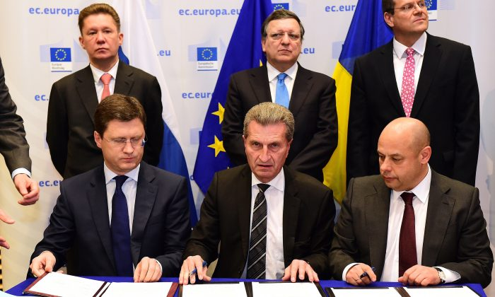 (L-R)Russian Energy Minister, Alexander Novak; E.U. Commissioner for Energy, Günther Oettinger; and Ukrainian Fuel and Energy Minister, Yuriy Prodan sign a gas agreement on Oct. 30, 2014 in Brussels, Belgium. (Emmanuel Dunand/AFP/Getty Images)