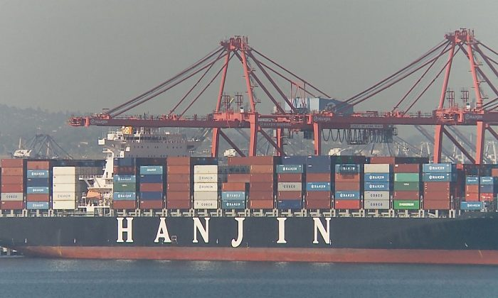 A container ship at the Port of Long Beach on Oct. 30, 2014. During this year's peak holiday season, the twin ports of Los Angeles and Long Beach are seeing the worst congestion problem since an employee strike in 2012. (Eric Zhang/Epoch Times)