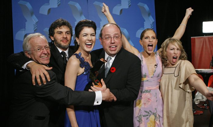 """Corner Gas"" cast Eric Peterson, Fred Ewanuick, Gabrielle Miller, Brent Butt, Tara Spencer Nairn, and Nancy Rovertson celebrate winning the Gemini for Ensemble Comedy Performance at the 22nd Annual Gemini Awards in Regina, Sask., on Oct. 28, 2007. (REUTERS/Todd Korol (CANADA))"