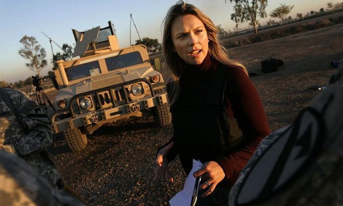 Chris Hondros/Getty Images  Journalist Lara Logan of CBS News questions U.S. Soldiers in Camp Victory in Baghdad, Iraq November 17, 2006.