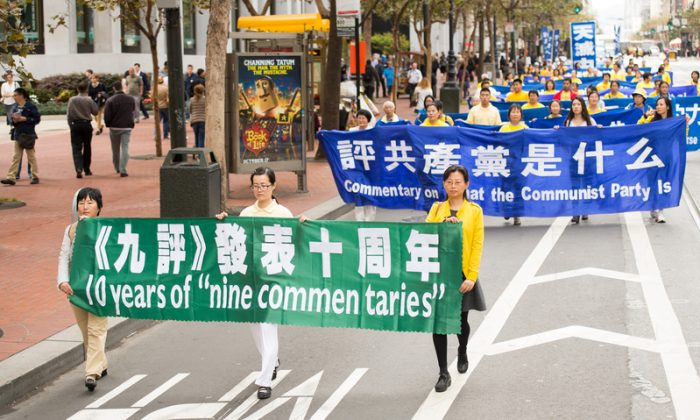 The publication of the Nine Commentaries on the Communist Party triggers a tidal wave of Chinese people quitting the Chinese Communist Party. (Dai Bing/Epoch Times)