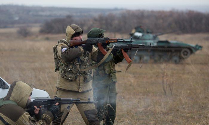 Pro-Russian militants fire their Kalachnikov. November 18, 2014. (Menahem Kahanaa/Getty Images)