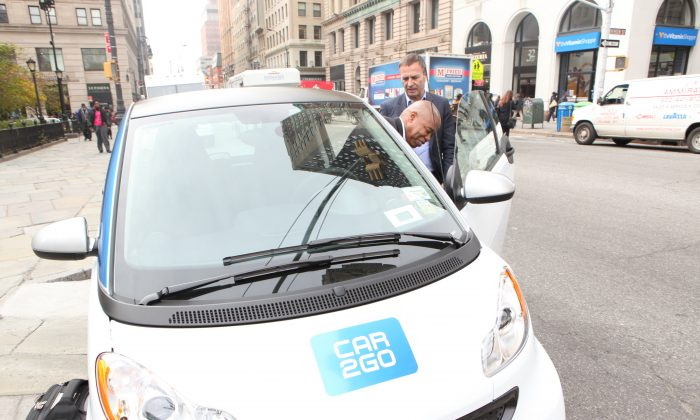 Brooklyn Borough President Eric Adams checks out Car2Go at Borough Hall with Bodo Uebber, Daimler AG board member, Nov. 2014. (Courtesy of Car2Go)