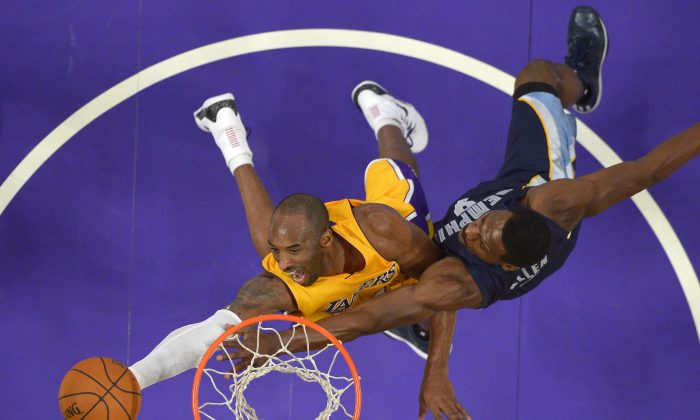 Los Angeles Lakers guard Kobe Bryant, left, shoots as Memphis Grizzlies guard Tony Allen defends during the second half of an NBA basketball game, Wednesday, Nov. 26, 2014, in Los Angeles. The Grizzlies won 99-93. (AP Photo/Mark J. Terrill)