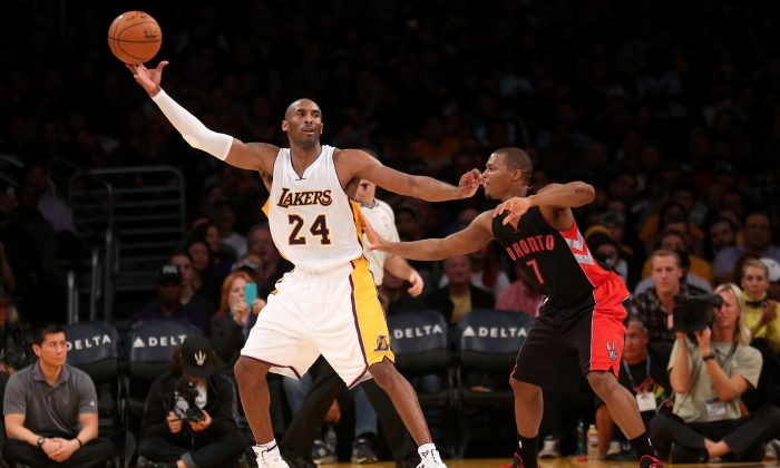 Kobe Bryant #24 of the Los Angeles Lakers catches a pass against Kyle Lowry #7 of the Toronto Raptors at Staples Center on November 30, 2014 in Los Angeles, California. (Photo by Stephen Dunn/Getty Images)