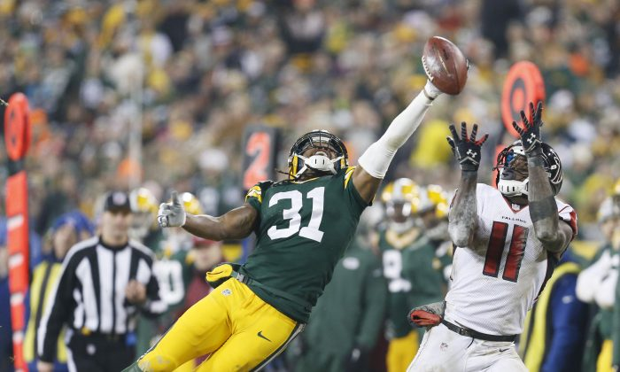 Green Bay Packers' Davon House breaks up a pass intended for Atlanta Falcons' Julio Jones during the second half of an NFL football game Monday, Dec. 8, 2014, in Green Bay, Wis. (AP Photo/Mike Roemer)