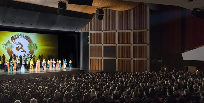 The cast of Shen Yun Performing Arts bids farewell to the audience at Hamilton Place Theatre at the end of its performance on Jan. 12, 2014, upon the completion of a successful two-day, three-show run in the Southern Ontario city. (Epoch Times)