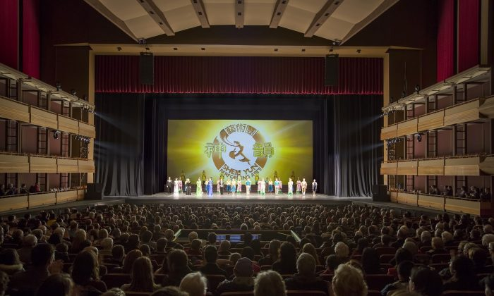 The cast of Shen Yun Performing Arts takes a curtain call at Centre In The Square in Kitchener on Dec. 29, 2014. (Evan Ning/Epoch Times)