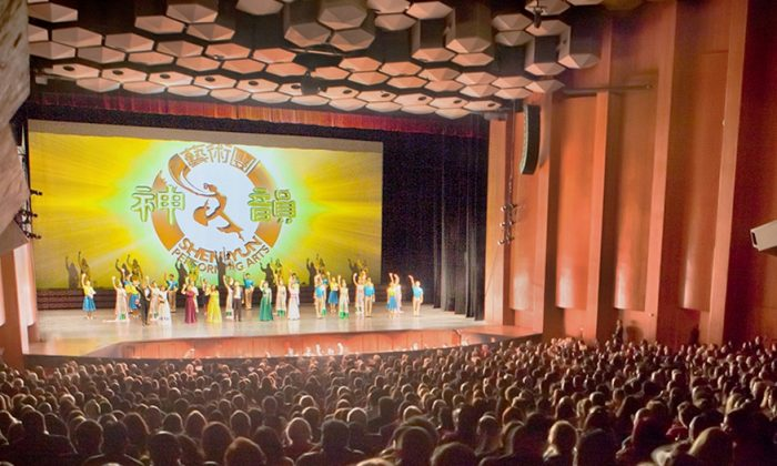 Audience members taking in Shen Yun at Houston's Jones Hall for the Performing Arts. (Chen Xiao Xiao/Epoch Times)