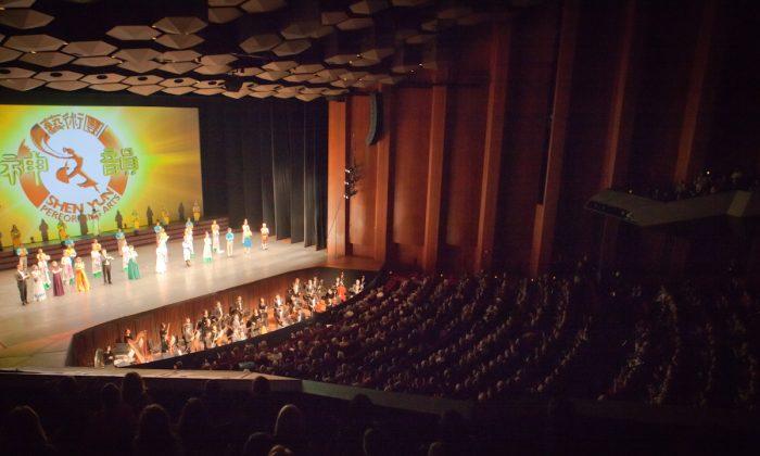 Shen Yun Performing Arts Touring Company's curtain call at Houston's Jones Hall, 2015. (Courtesy of NTD Television)