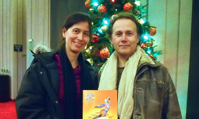 Fine arts painter Stuart MacAdam and his girlfriend enjoyed Shen Yun's Friday night performance at Place des Arts. (Nathalie Dieul/Epoch Times)